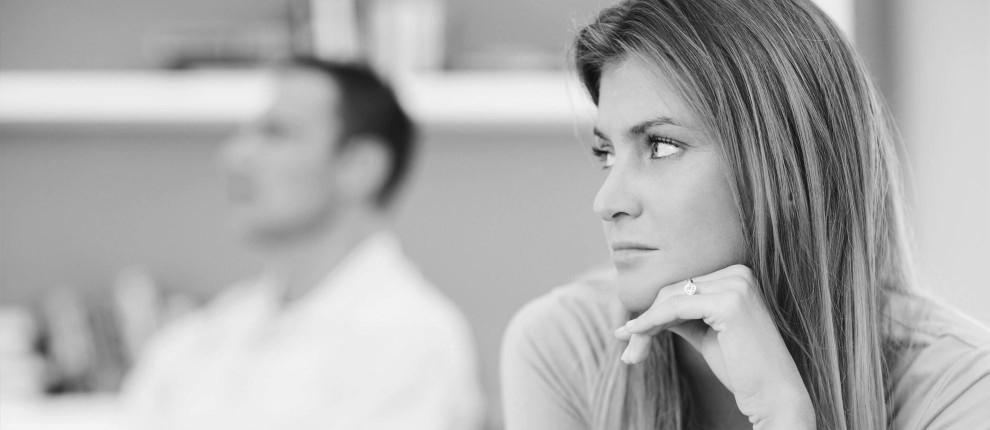 Frau stütz kritisch nachdenkend ihren Kopf auf ihre Hand