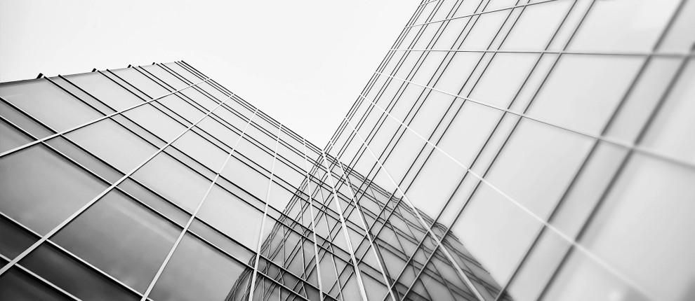 Künstlerisches Bild zeigt Glasfassade aus einem besonderen Winkel